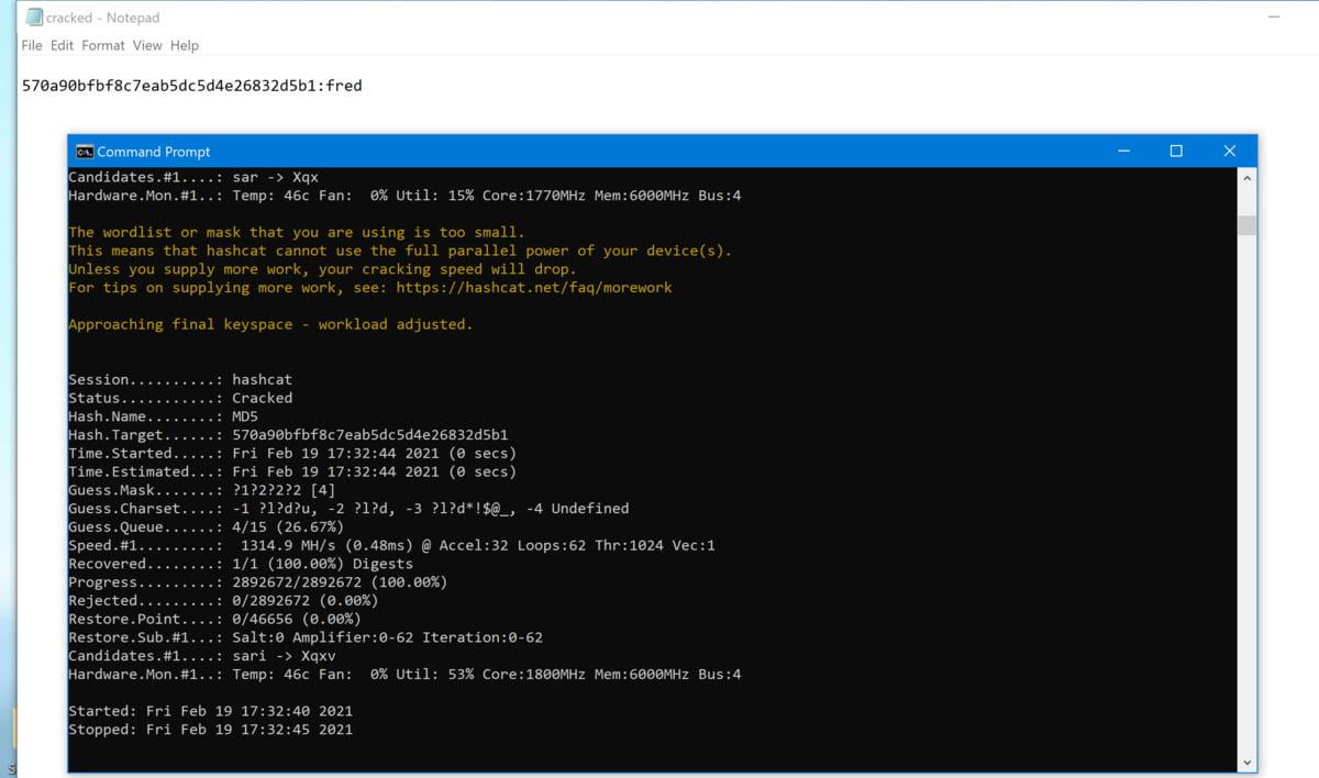 Okno příkazového řádku obsahující činnost nástroje Hashcat, které je podloženo oknem programu Poznámkový blok, v němž je uveden prolomený hash a jemu odpovídající odhalené heslo. Program Hashcat zobrazuje informace o rychlosti hashování (Speed.#1), která je v tomto případě poměrně malá – asi jen miliarda hashů za sekundu. Zároveň se standardně aktivuje ochrana proti přehřátí GPU a sleduje se tedy i teplota GPU (Hardware.Mon.#1).