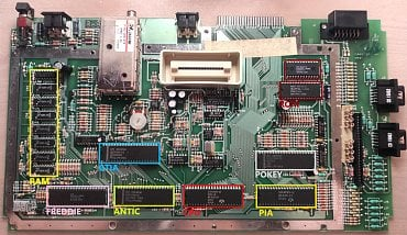Motherboard Atari 800XL s vyznačenými čipy.