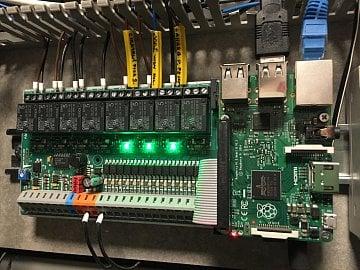 Deska UniPi komunikuje s Raspberry Pi, podporovány jsou všechny tři verze.