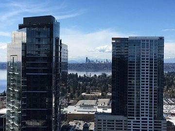 Výhled na Seattle z kanceláří VMwaru v sousedícím městě Bellevue