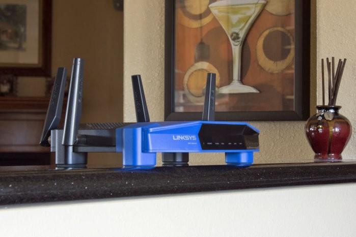 Nejlepší místo pro umístění bezdrátového směrovače je prostředek vašeho domu či bytu. V tomto případě je to jako naschvál barový pult