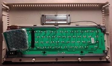 Vrchní kryt počítače 800XL zevnitř.