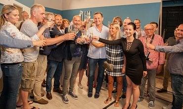 Ředitel televize Barrandov Jaromír Soukup (na snímku uprostřed ve světlé košili) zahájil spolu s kolegy natáčení nového seriálu Sousedé.