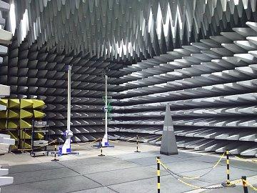 Laboratoř na testování elektromagnetického záření. Celková rozloha je zhruba 20 na 20 metrů.