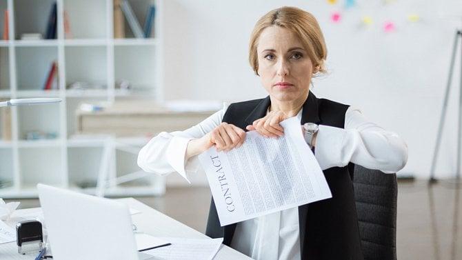 Firma bude mít nového majitele inázev. Musí se změnit smlouvy zaměstnanců?