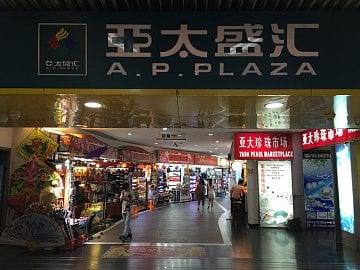Na fake trh se dostanete přímo z metra.