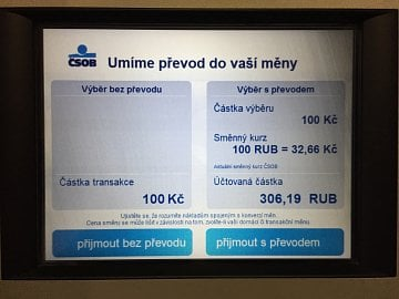 Výběr z bankomatu nabídne možnost konverze, ale nakonec je transakce zamítnuta.