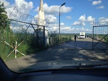 Abcházie. Hraniční most přes řeku Inguri. Směr z Abcházie do Gruzie.