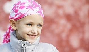 Na dítě plešaté po rakovině koukali sousedi dalekohledem