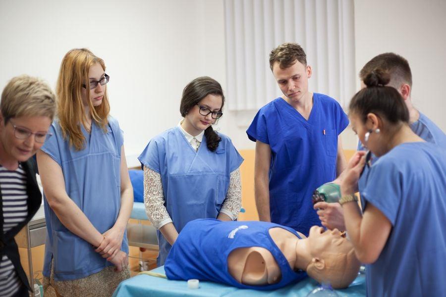 1. LF UK: Medici se hodně naučí na figurínách