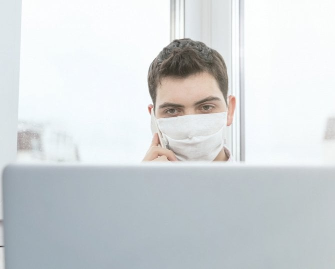 [článek] Dezinformace okoronaviru, sledování zaměstnanců na home office a Google letos bez Apríla