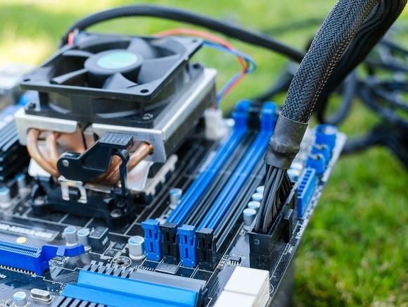 Po instalaci nového napájecího zdroje je ta správná chvíle pro připojení všech napájecích konektorů k jednotlivým počítačovým komponentám