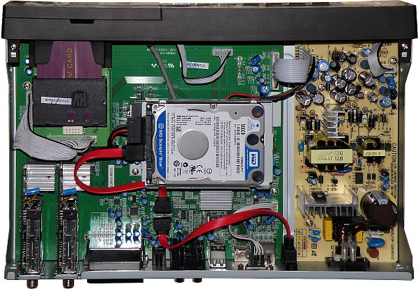 Celkový pohled na odkrytovaný přijímač s vloženým diskem i přístupovou kartou s původním osazením dvou tunerů S2. Přijímač disponuje 256 MB pamětí