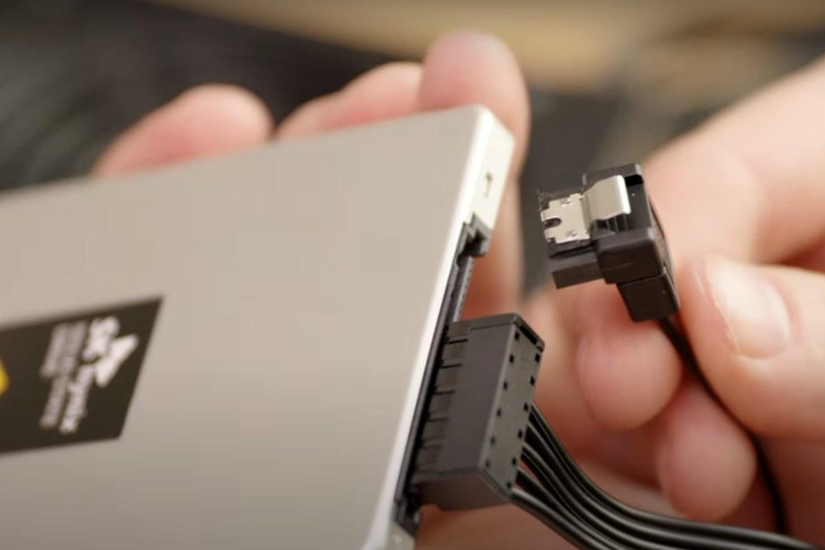 Při instalaci disku SSD v provedení SATA se může stát, že budete potřebovat datový kabel s koncovkou ve tvaru písmene L vedoucí ze základní desky. Tento kabel se používá kvůli úspoře místa, nicméně co se týče výkonu, ten je stejný jako u přímého kabelu.