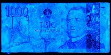Běžně poškozená bankovka: Vypraná bankovky, u které došlo ke změně vlastností ochranných prvků viditelných pod UV světlem. Bankovkový papír reaguje na UV světlo jako běžný kancelářský papír, chybí luminiscence ochranných vláken a zelená luminiscence části hodnotového čísla, části portrétu a části hmatové značky pro nevidomé a slabozraké. Obrazec a ochranné prvky ve viditelném spektru (vodoznak, okénkový proužek, soutisková značka, iridiscentní pruh) jsou rozeznatelné, není problém určit pravost, jde o běžně poškozenou bankovku.