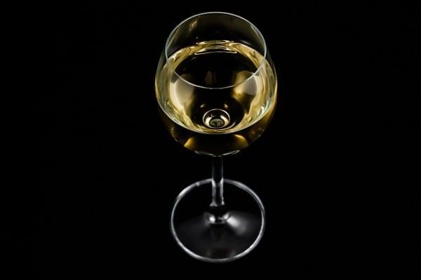 Když se někdy stane, že koupíte víno, které vám nechutná, není důvod ho hned vylévat. I nevypité víno má právo na druhý život. Zkuste z něj udělat třeba vinný ocet.