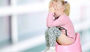 Co pomáhá dítěti při zácpě?