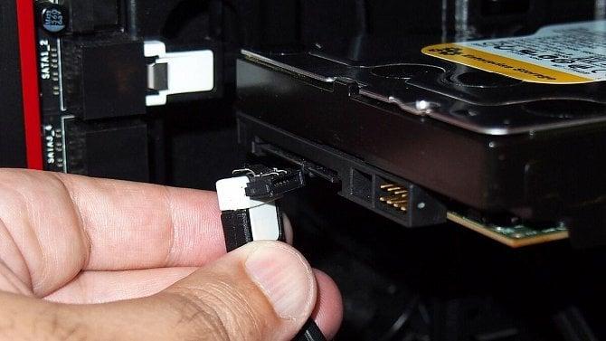 Jak si nainstalovat do počítače nový pevný disk?