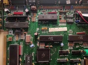 Pohled na větší část základní desky, čip Denise je pod videovýstupem, CIA čipy leží pod ostatními V/V porty.