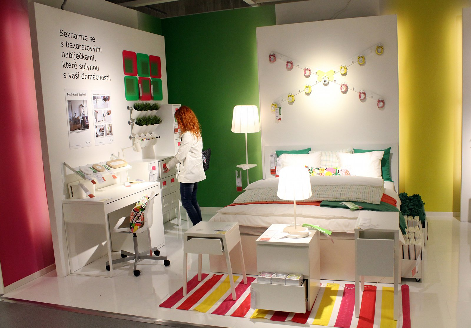 Nábytek s bezdrátovým nabíjením Qi z IKEA