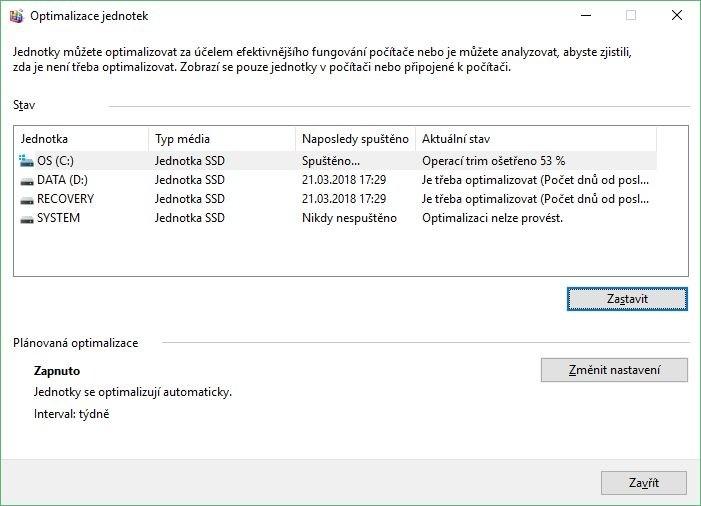 Na disku SSD v počítači byste měli použít příkaz TRIM, což ve Windows 10 znamená spuštění nástroje Optimalizace jednotek, výběr disku SSD a stisk tlačítka Optimalizovat. Tímto příkazem se na disku promažou buňky označené pro smazání, což ve výsledku povede ke srovnatelným výsledkům