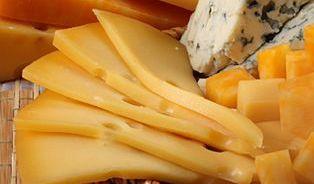 Prodejci sýrů slibovali slevu apřitom zákazníky šidili