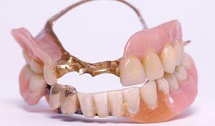 Čištění zubní protézy prodlouží její život
