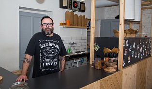 DJ, který vKarlíně připravuje kanadskou specialitu poutine