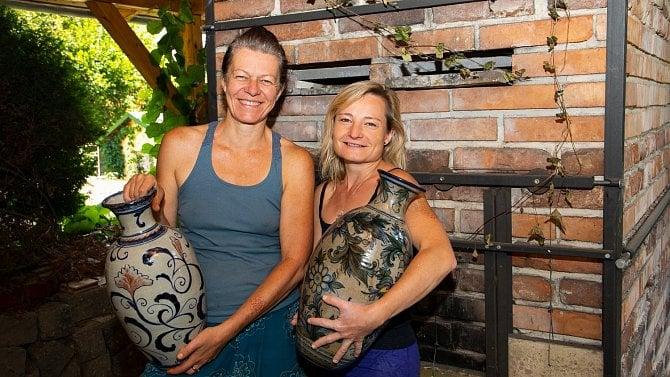 Obnovily keramickou tradici a propojily tak umění spodnikáním. Přečtěte si jak