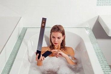 Tohle bych raději nezkoušel i když je to bezpečné a ovládání vlhkým prstem také funguje. Lampička však vodě odolná není a konektor Micro USB přes který se napájí (dobíjí) je bez krytu.