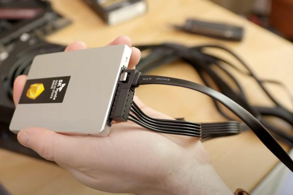 Disk SSD v provedení SATA potřebuje dva kabely: jeden kabel (v horní části obrázku) slouží pro přenos dat, druhý kabel (v dolní části obrázku) slouží pro napájení.