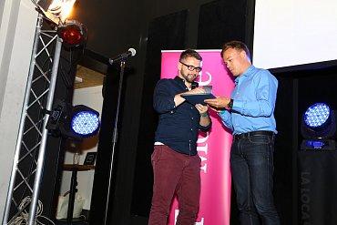 Zástupce Vodafonu přebírá z rukou programového ředitele TUESDAY Business Network Michala Zolmana cenu za vítězství v kategorii Klientský servis.