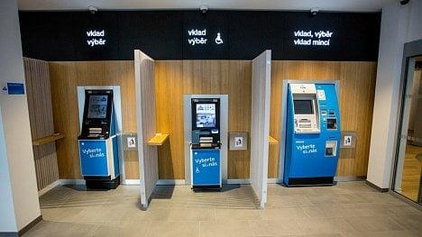 Bankomat DN Series 200 (uprostřed) od výrobce Diebold Nixdorf, určený pro vnitřní prostory, v barvách ČSOB. (5. 6. 2020)