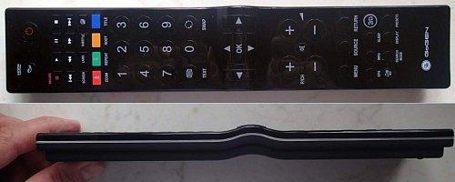 Dálkový ovladač je…. mohutný. Má velice dobrý záběr a je také dobře navržen. Na vyklenutí vidíte šipkové klávesy a tlačítko OK, které v režimu TV vyvolá seznam naladěných kanálů, v multimédiích však nemá žádnou funkci.