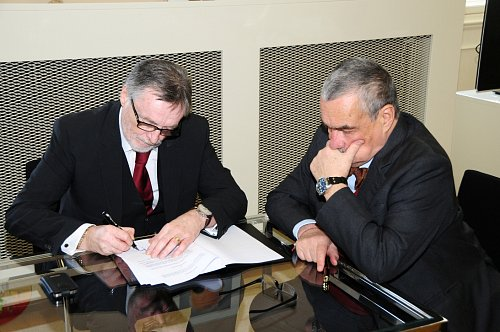 Peter Duhnan podepisuje za Český rozhlas prodloužení stávající smlouvy s Ministerstvem zahraničí