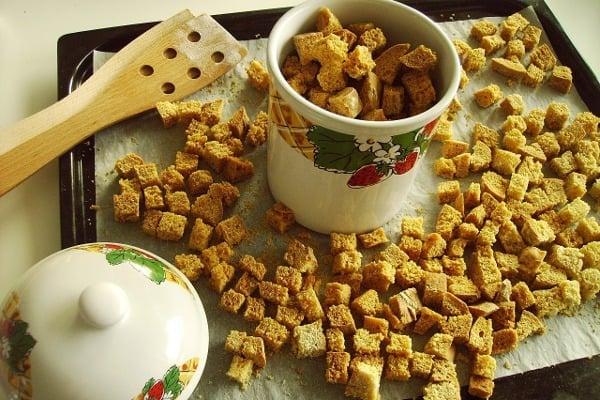 Z tvrdého chleba a jiných druhů pečiva můžeme připravit křupavé krutonky