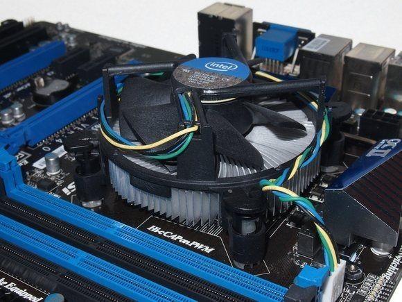 Klasický chladič pro procesory Intel nainstalovaný do počítače: není ani velký, ani nijak zvlášť výkonný