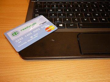 Malá značka na notebooku ukazuje místo s integrovanou čtečkou bezkontaktních karet. Takto lze platit na webu i bezkontaktní kartou.