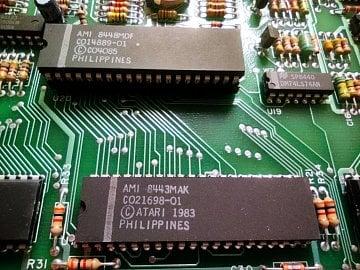 Předchozí dílo Jaye Minera - dva z custom čipů osmibitové řady počítačů Atari.