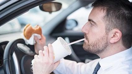 Vitalia.cz: Jak moc rozptyluje jídlo za volantem
