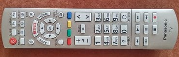 Dálkový ovladač je stále výtečný s rozměrnými tlačítky a potěší i jeho přehlednost.