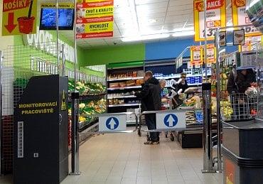 Monitorovací kamerové pracoviště v supermarketu.