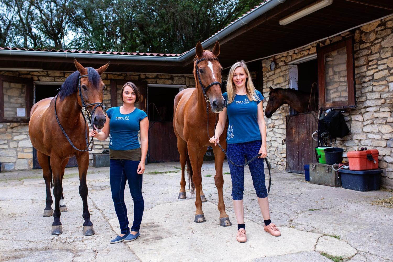 Pomáhají lidem růst a rozvíjet se s pomocí koní. Podívejte se