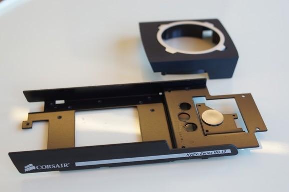 Corsair HG10 A1 představuje základní kovový adaptér s krytem pro větráček. Předpokládá se, že použijete větráček z původního chladiče grafické karty.