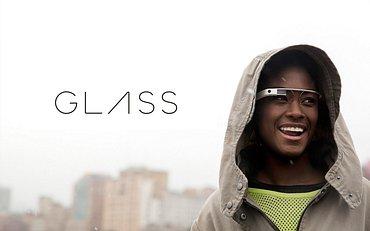 """Ještě nevydaný """"průkopník"""" chytrých brýlí od Googlu, který by se do běžného prodeje měl dostat do konce roku. Před oko promítá obraz a reaguje na hlasové pokyny. V brýlích běží speciálně upravený operační systém Android."""