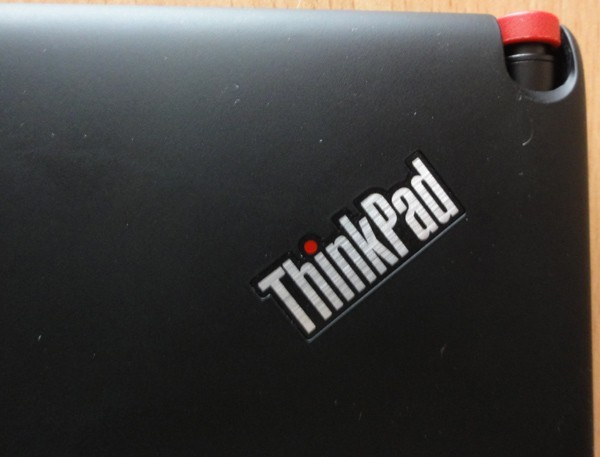 Lenovo ThinkPad K1 - detail na logo a dotykové pero