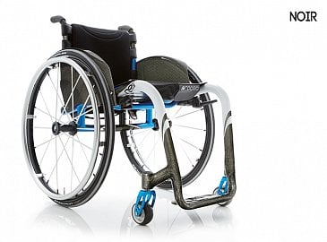 Karbonový invalidní vozík Progeo Joker Noir. Cena 114 000 Kč, pojišťovna hradí 21 000 Kč. Hmotnost vozíku je 6 kg včetně kol, nosnost 125 kg, životnost cca 5 let.