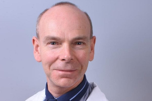 """""""Naše vědecká skupina lékařů se zabývá problematikou jaterní cirhózy roky, systematicky jsme se jí začali věnovat v 90. letech. Řada našich výsledků je dána dlouhodobým sledováním pacientů, a tento úspěch je vyústěním dlouhodobé práce zkoumání prognózy a osudu nemocných s jaterní cirhózou,"""" říká vedoucí výzkumu prof. MUDr. Radan Brůha, CSc."""