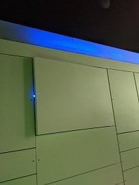 Světelná signalizace vedoucí k výdejnímu boxu.