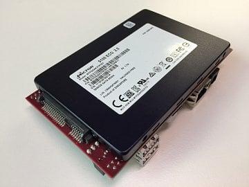 Serverová deska s čipem ARM a SSD diskem na spodní části.